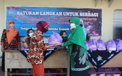 Guru dan Karyawan SMKN 7 Yogyakarta Bagikan Sembako kepada Warga Kampung Gowongan